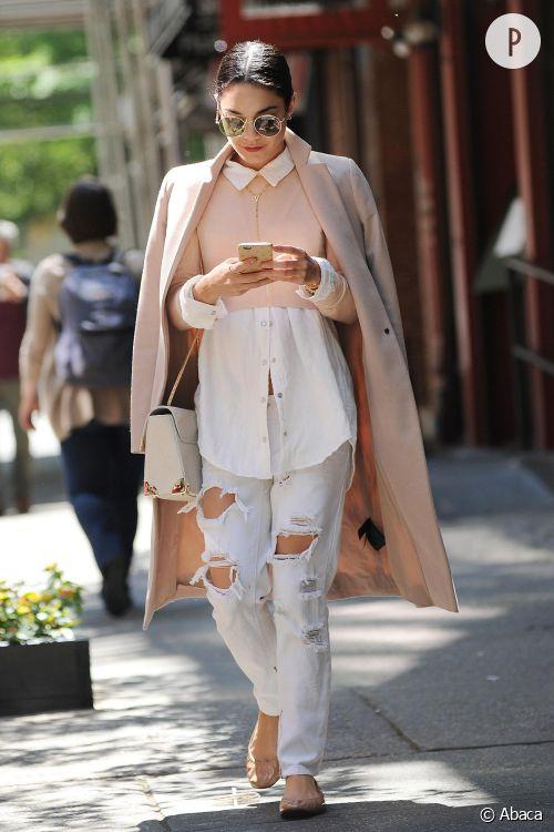 Vanessa Hudgens toujours stylée dans les rues de New York ce samedi 23 mai