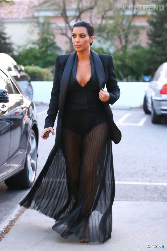 Kim Kardashian a tellement confiance en elle que sortir à moitié nue ne la gêne pas plus que ça.