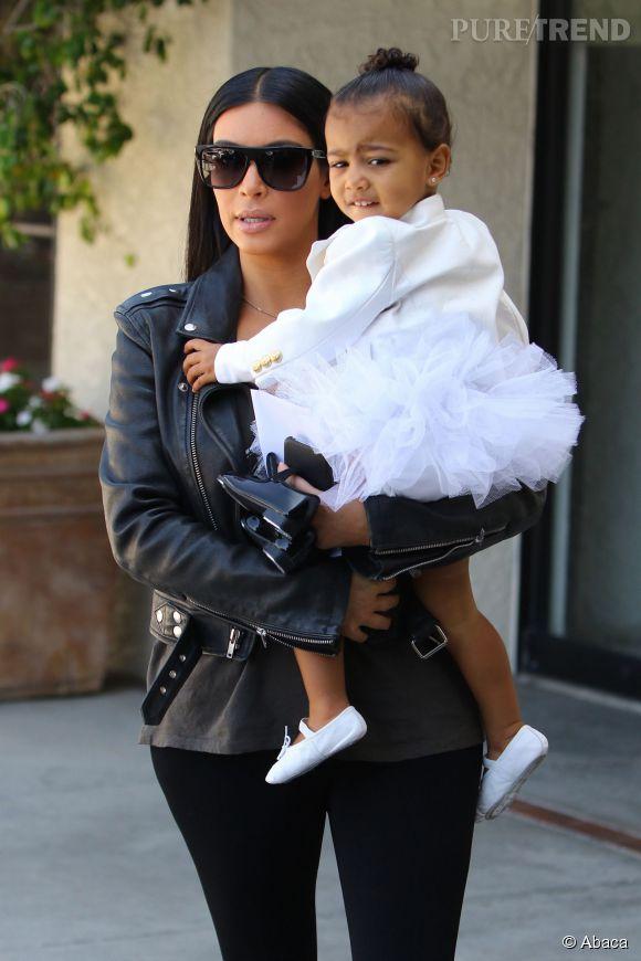 Kim Kardashian, rock'n'roll et sexy avec sa fille.