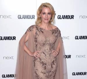 Gillian Anderson opte pour une robe dramatique et théâtrale pour recevoir son prix aux Glamour Women of The Year Awards.