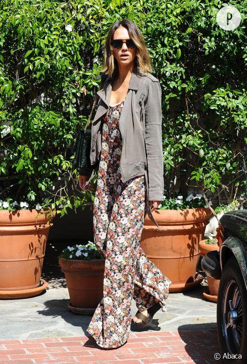 Jessica Alba, fleurie en combinaison pour se promener à Los Angeles !