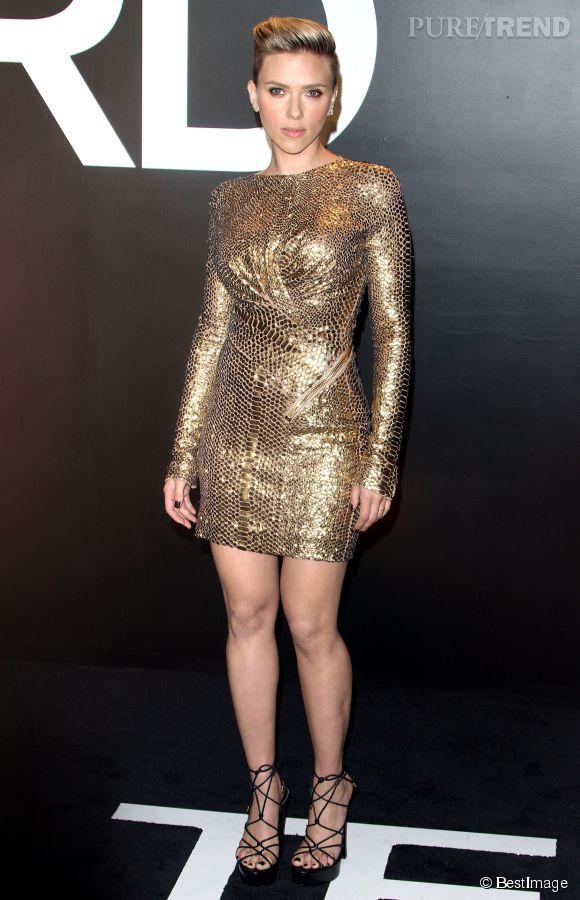Scarlett Johansson en minirobe dorée pour assister à un défilé Tom Ford en février 2015.
