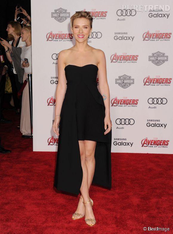 """Scarlett Johansson a l'art et la manière de choisir des petites robes noires sexy et toujours originales, comme ici à l'avant-première d'""""Avengers : l'ère d'Ultron"""", en avril 2015."""