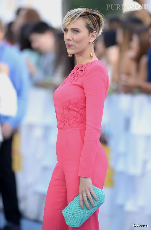 Aussi sexy en robe qu'en combinaison pantalon, Scarlett Johansson nous en a mis plein la vue dans son look rose près du corps pour les MTV Movie Awards du 12 avril 2015.