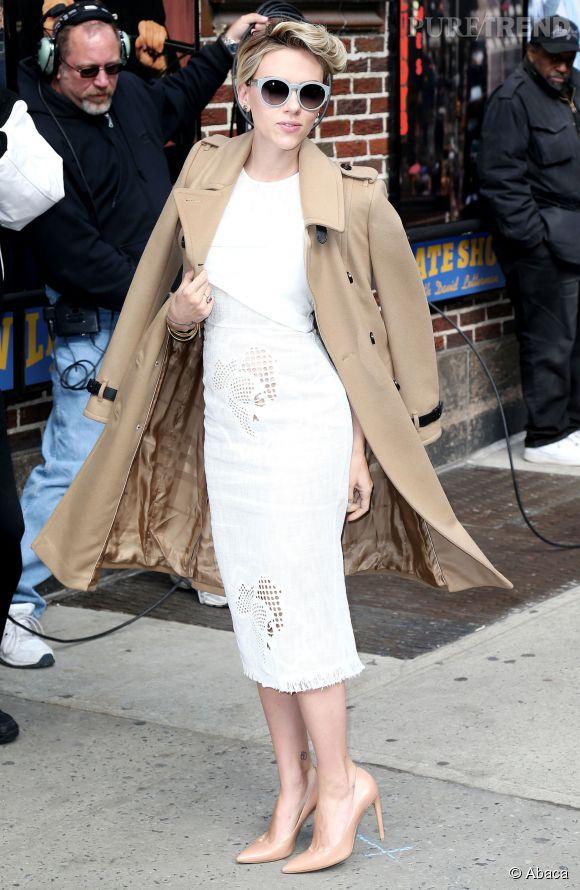 Scarlett Johansson en petite robe blanche prend des airs d'héroïne hitchcockienne. Elle est renversante dans ce look intemporel et sexy.