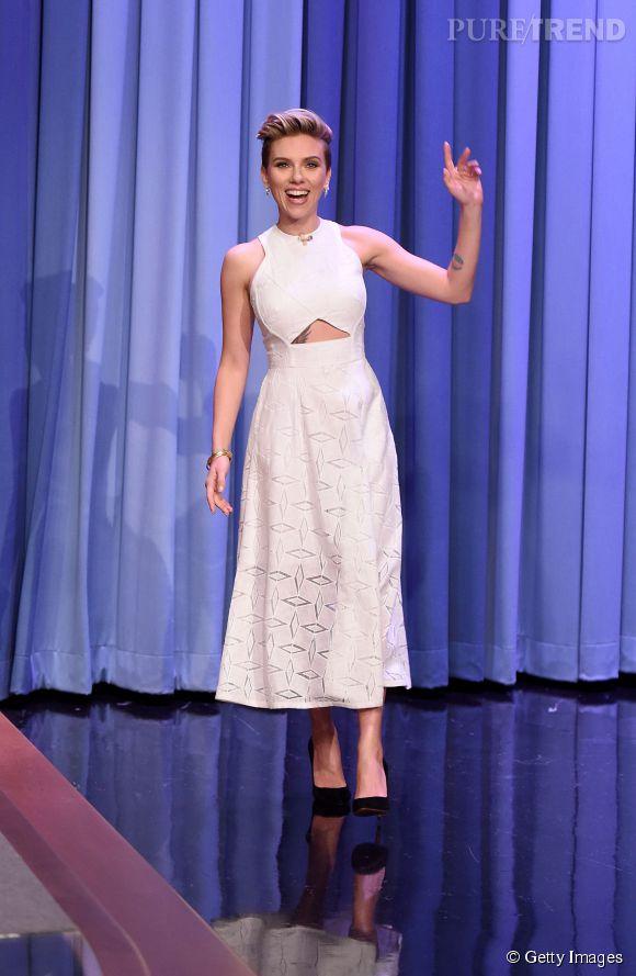 """A la fois chic, originale et terriblement sexy avec sa découpe sur le ventre, cette robe était parfaite pour la divine Scarlett ! Le cliché est tiré de l'émission """"The Tonight Show"""" présentée par Jimmy Fallon."""