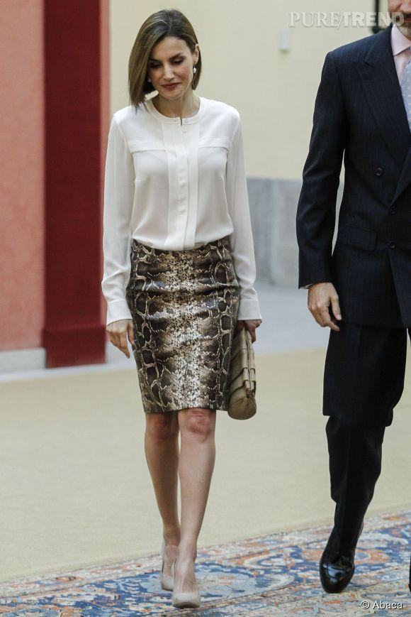 Letizia Ortiz montre ses jambes dans son ensemble blouse et jupe ...