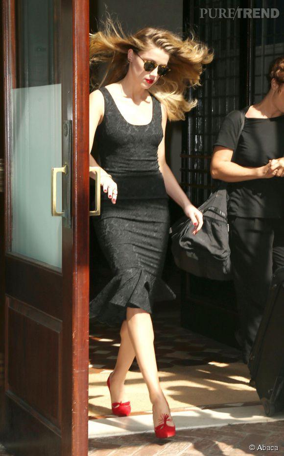 Cheveux au vent, Amber Heard a opté cette fois-ci pour une robe noire toute simple et très glamour.