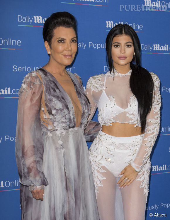 Kris Jenner trop décolletée et Kylie Jenner trop retouchée.