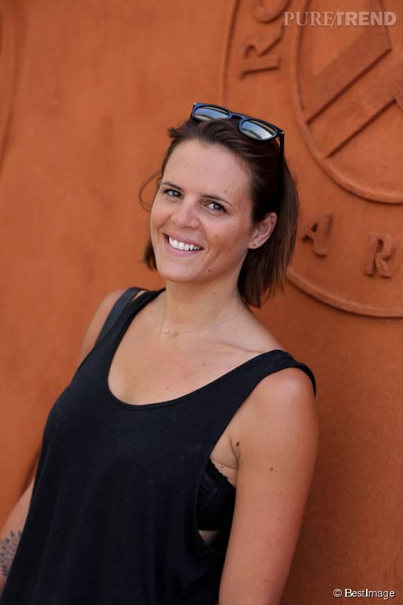 Si Laure Manaudou et son compagnon ont été vu ensemble en tribunes de Roland Garros, c'est seule qu'elle a pris la pose dans le Village.