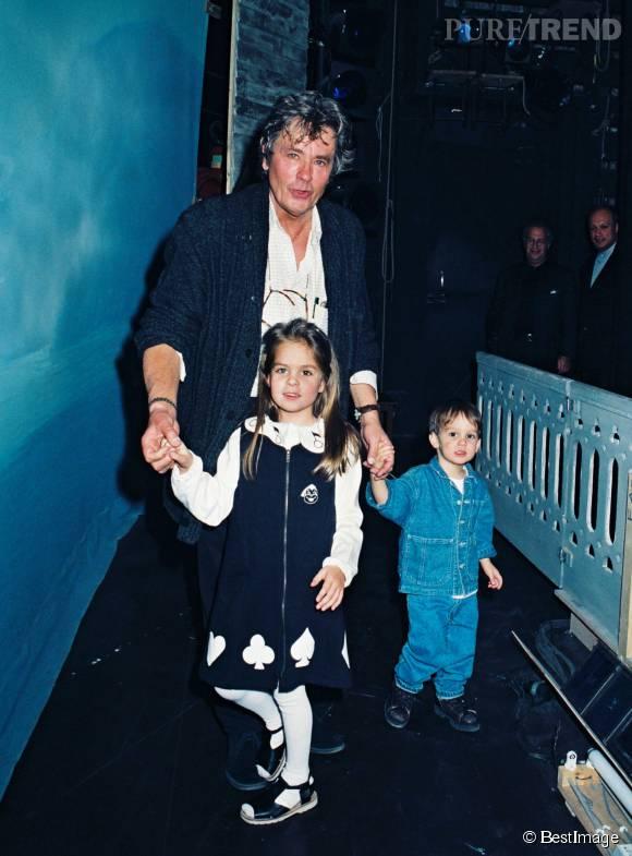 Alain Delon avec sa fille Anouchka et son fils Alain-Fabien sur la scène du théâtre Marigny, le soir de son anniversaire en 1996.