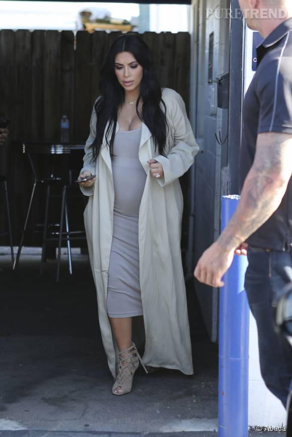 Même enceinte, Kim Kardashian ose les robes moulantes et les talons hauts.