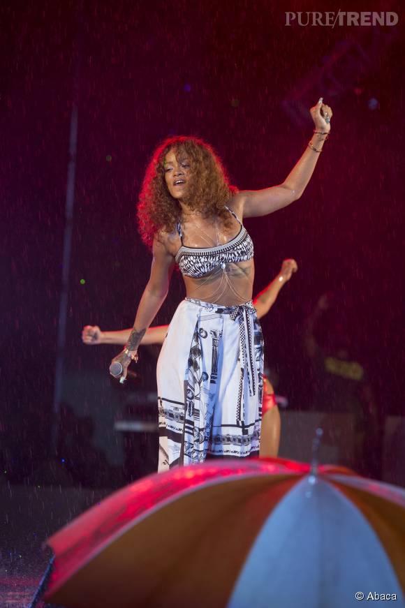 Rihanna, une tenue bohème et sexy pour monter sur scène à la Barbade.