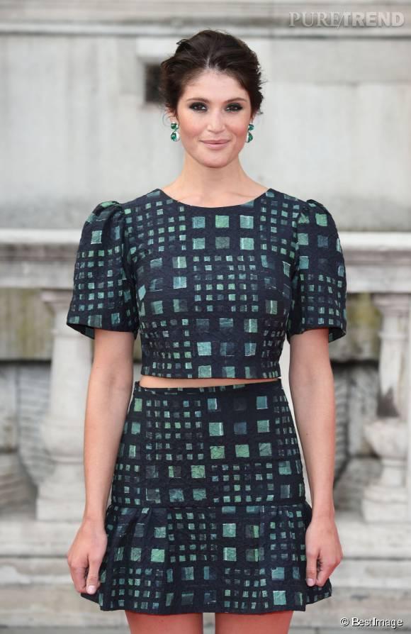 Gemma Arterton, toute en sensualité dans un ensemble jupe courte et cropped top.