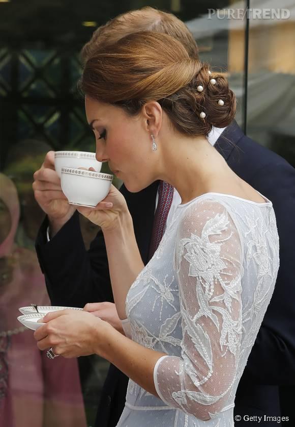 Des perles piquées dans le chignon apportent plus de sophistication.