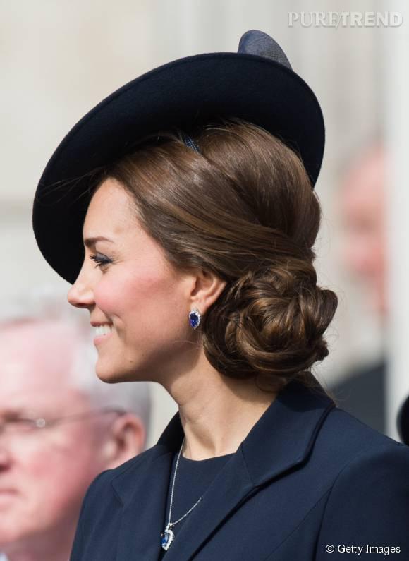 On adore ce chignon de c t qui change des coiffures - Chignon de cote ...