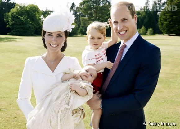 La petite famille, rayonnante dans le jardin de Sandringham House, lors du baptême de la prince Charlotte le 5 juillet 2015.