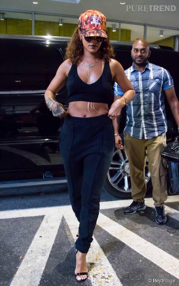 Rihanna s'affiche toute en sensualité avec un large décolleté et le ventre à l'air à la sortie de son hôtel à New York.