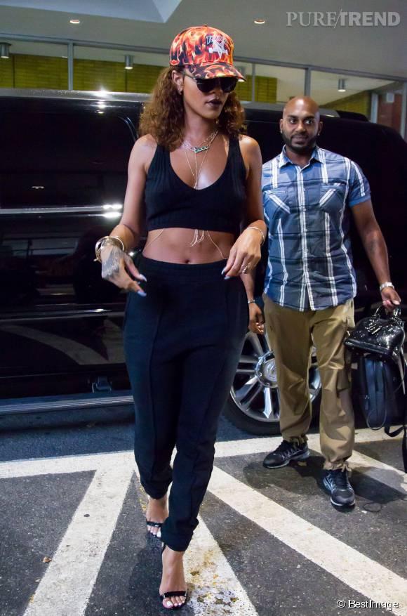 Rihanna mélange les styles avec un look sportswear et chic.