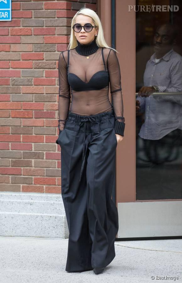 Rita Ora préfère se balader à moitié nue dans la rue.