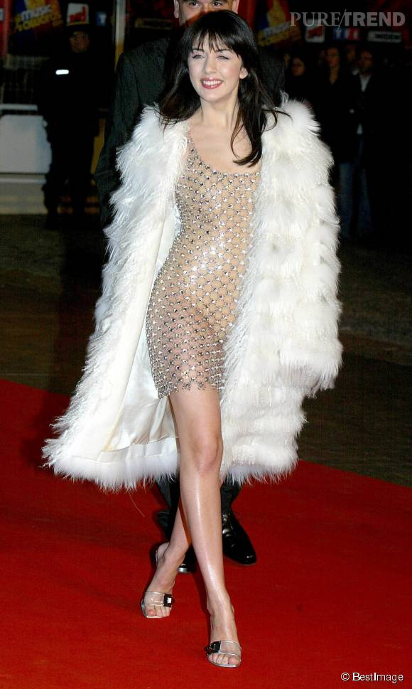 Pour les NRJ Music Awards de 2004, Nolwenn sort le grand jeu dans une robe bijou transparente et un manteau de fourrure. Elle est méconnaissable.