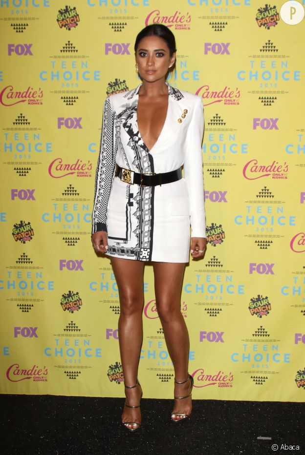 Shay Mitchel en Versus Versace aux Teen Choice Awards 2015.