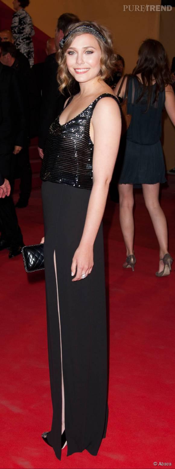 Lors de son premier Festival de Cannes, c'est dans une tenue signée The Row, la marque de ses soeurs, qu'Elizabeth Olsen apparaît. Un look d'inspiration années folles qui lui va comme un gant.