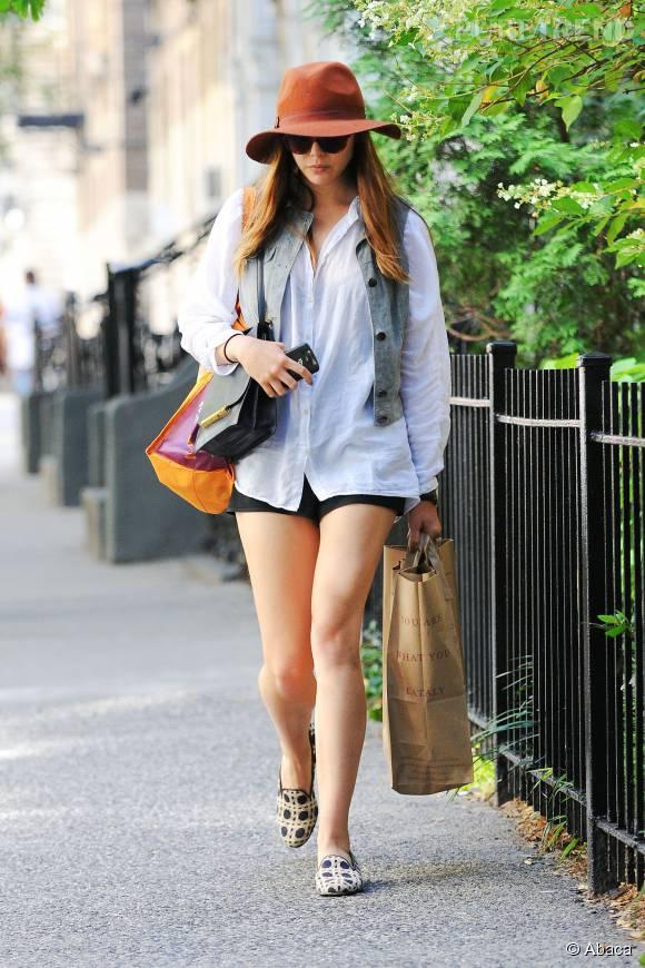 A la ville aussi, on copie Elizabeth Olsen. Pour une sortie, elle marie une chemise blanche XL, un short noir et un gilet d'homme. Le détail qui change tout ? Sa capeline caramel et ses chaussures à imprimés.