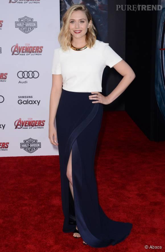 A Los Angeles, Elizabeth Olsen choisit une tenue signée Galvan composée d'une longue jupe fendue et d'un cropped top blanc.