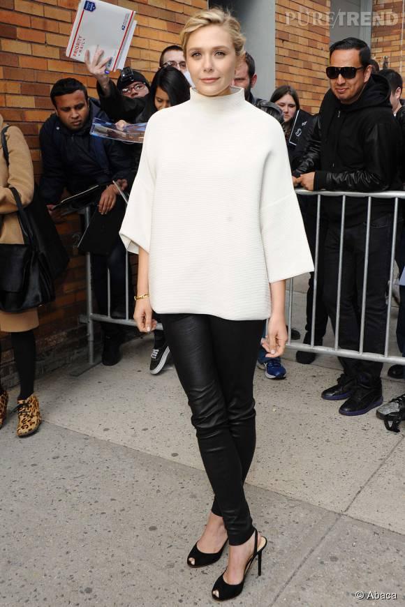 """Pour assister au """"Daily Show"""", en avril dernier, Elizabeth Olsen revêt une tenue issue de la marque The Row, créée par ses soeurs. Perchée sur ses talons, elle a tout bon avec ce legging moulant en cuir et son top oversize blanc."""