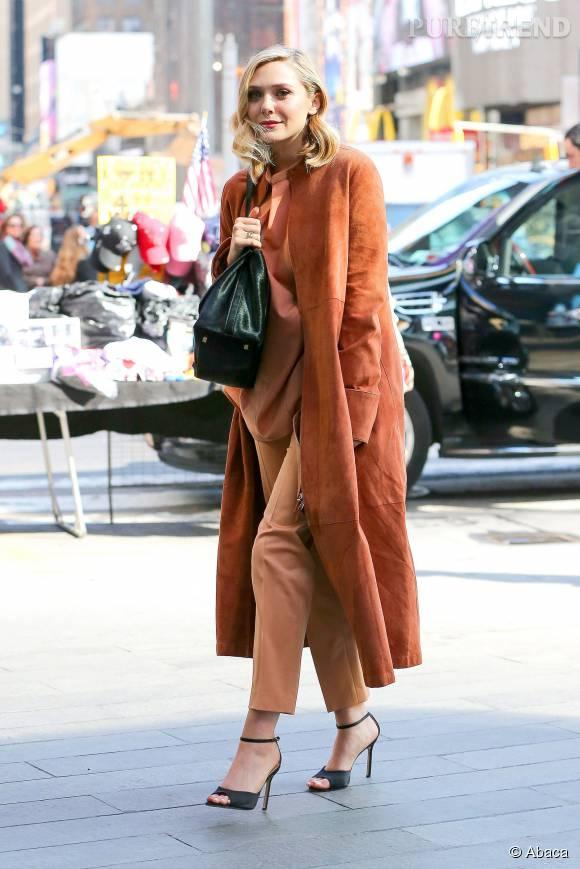 Au sommet de l'élégance, Elizabeth Olsen opte pour un total look marron très chic, qu'elle accessoirise d'une paire de sandales à brides du plus bel effet.