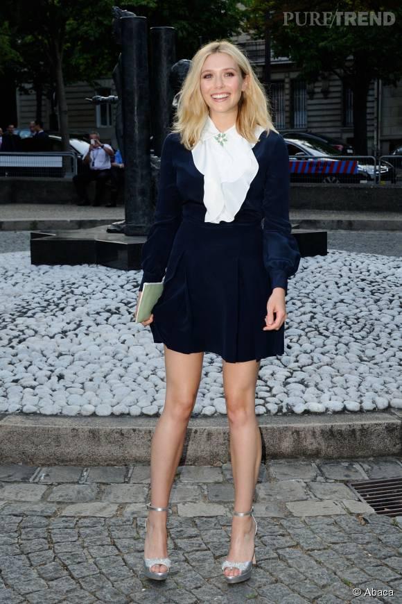 Elizabeth Olsenn, ravissante en Miu Miu. Une tenue qui a l'avantage de souligner la finesse de ses jambes.