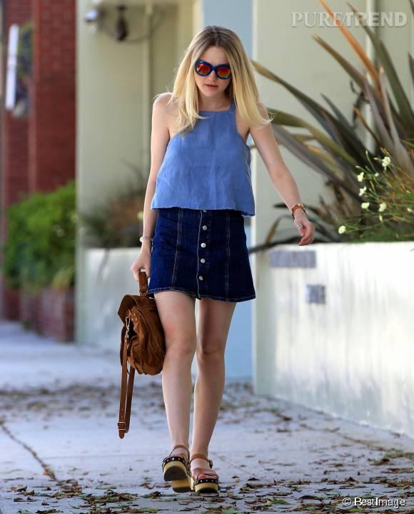 On adore le contraste entre le top et la jupe de Dakota Fanning.