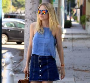 Dakota Fanning, on lui piquerait bien sa jupe en jean sexy.