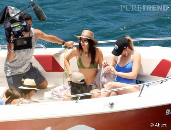 """Les soeurs Kardashian s'offrent une balade en bateau. Filmée, comme toujours avec les stars de """"L'incroyable famille Kardashian""""."""