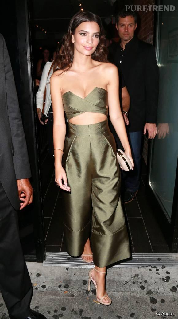 Emily Ratajkowski porte une combi-pantalon Solace London.