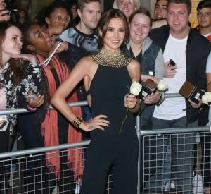 Cheryl Cole, sublime dans une combi-pantalon noire ornée d'un col de perles dorées.