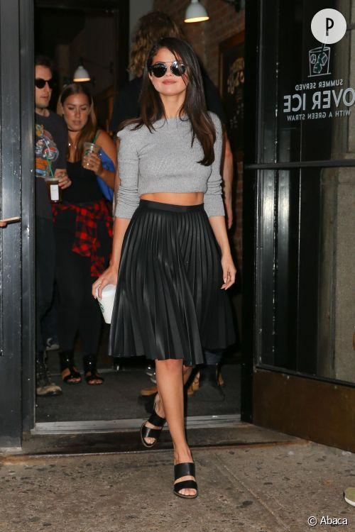 Selena Gomez rend la jupe 50's sexy dans les rues de New York.