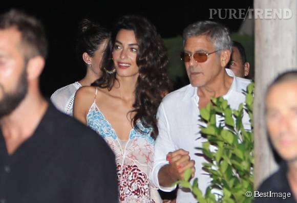 George et Amal Clooney complices à la sortie d'un restaurant à Ibiza