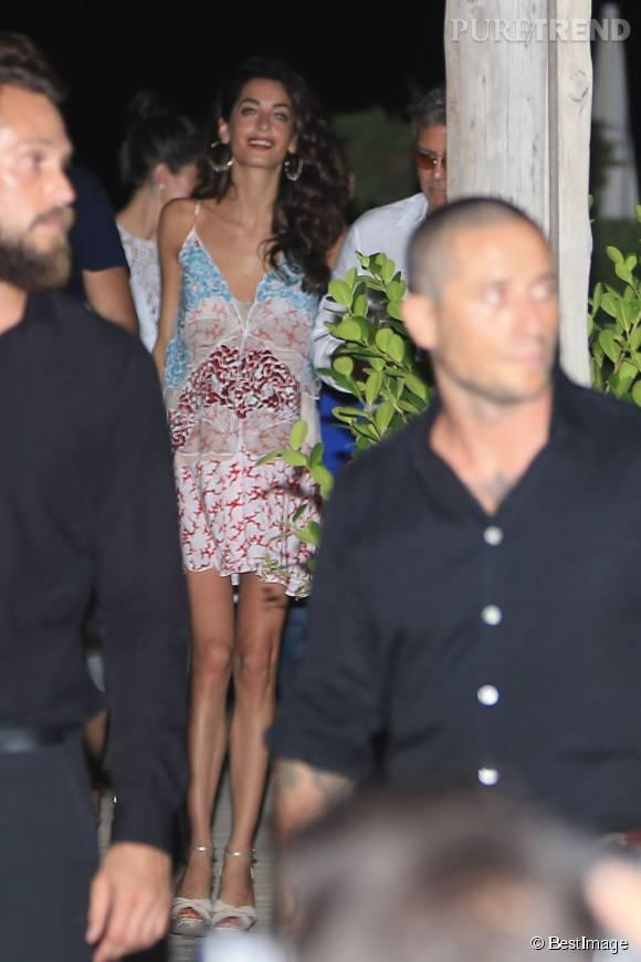 Amal Clooney, hot avec ses jambes interminables à Ibiza