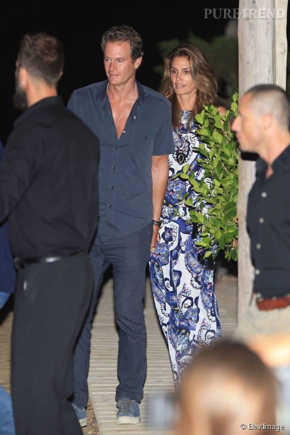 Cindy Crawford et son mari quittent le restaurant à Ibiza avec George et Amal Clooney