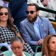 Pippa Middleton profite du soleil et de l'eau turquoise en compagnie de son frère, James.