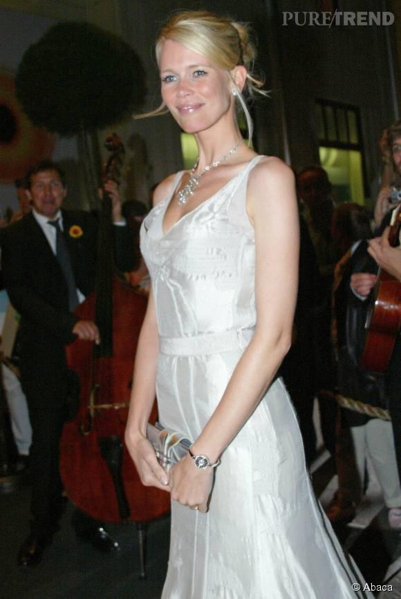 Claudia Schiffer, élégante avec son chignon et sa robe argentée lors d'un gala de charité organisé en 2006 à Berlin.