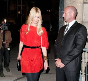 Claudia Schiffer, canon dans sa petite robe rouge flashy au défilé Yves Saint Laurent en octobre 2010.
