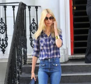 Claudia Schiffer est restée une adepte de l'allure 70's et des jeans pattes d'eph.