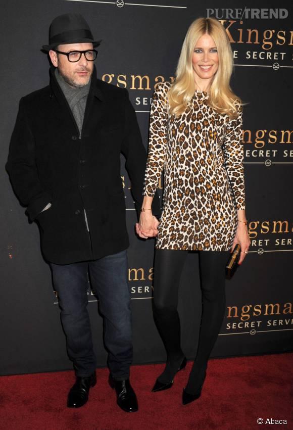 """Pour soutenir son mari lors de la promo de """"Kingsman"""" en février dernier, Claudia Schiffer opte pour une mini-robe à l'imprimé léopard."""