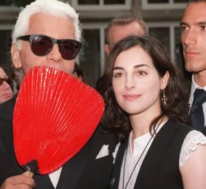 Amira Casar aux côtés de Karl Lagerfeld, un créateur pour qui elle a défilé lors de sa période mannequin.