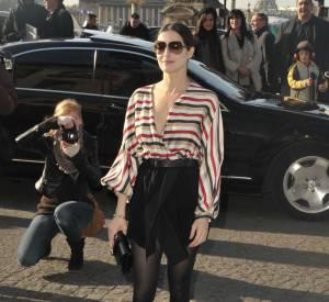 Amira Casar en minijupe pour exposer au mieux ses longues jambes fuselées.
