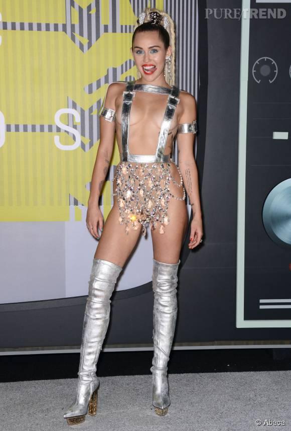 Miley Cyrus en Atelier Versace aux MTV VMA le 30 août 2015 à Los Angeles.