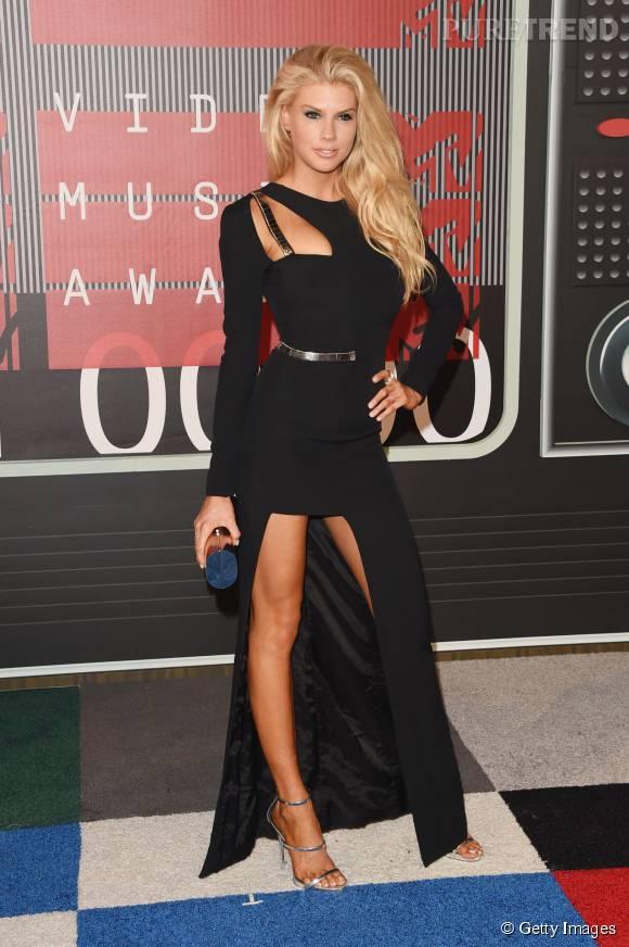 Charlotte McKinney aux MTV VMA le 30 août 2015 à Los Angeles.